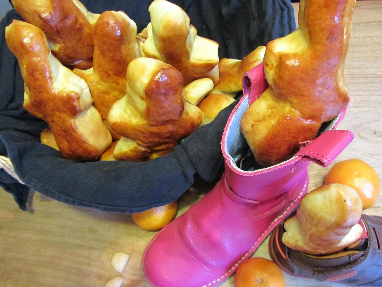 Deze West-Vlaamse specialiteit zijn geen koeken zoals het woord zelf laat vermoeden maar lekkere kleine gesuikerde broodjes.