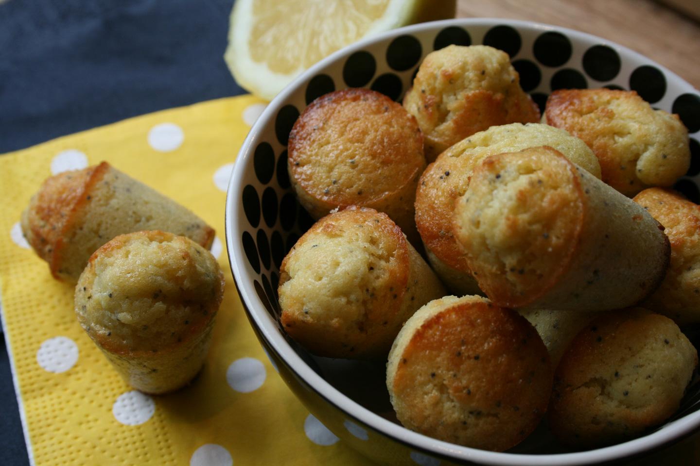 Een heerlijk citroencakeje met maanzaadjes, lekker bij een kopje thee. Fris en simpel te maken.